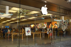 The Apple retail store in Honolulu at the Ala Moana Center adver Royalty Free Stock Photography
