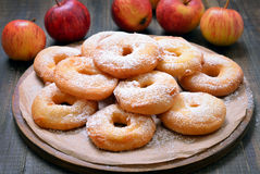 Apple-Ringe und frische Äpfel Stockbilder