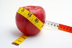 Apple rojo con cinta métrica Fotos de archivo libres de regalías