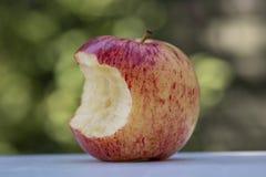 Apple rojo delicioso con una mordedura fuera de ella foto de archivo libre de regalías