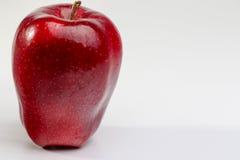Apple rojo delicioso en el fondo blanco Imagen de archivo libre de regalías