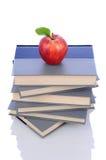 Apple rojo en la pila de libros Foto de archivo libre de regalías