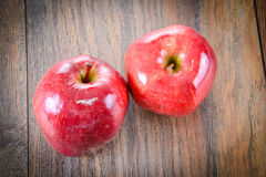 Apple rojo en Woody Background Imagen de archivo