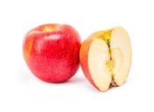 Apple rojo escoge y mitad aislada en el fondo blanco Foto de archivo