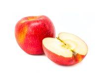 Apple rojo escoge y mitad aislada en el fondo blanco Imagen de archivo