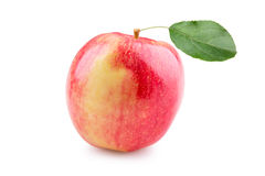 Apple rojo maduro con la hoja Imagenes de archivo