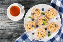 Apple roskaka eller muffin och blåbär, bästa sikt Royaltyfri Fotografi
