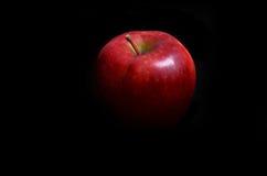 Apple rosso sul nero Fotografia Stock Libera da Diritti