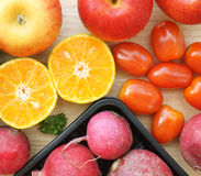 Apple-Rote-Bete-Wurzeln orange und rote Tomaten auf Holztisch Lizenzfreies Stockbild