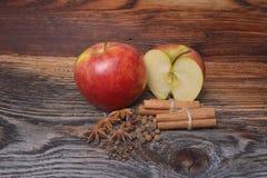 Apple rouge avec de la cannelle sur le fond en bois Image libre de droits