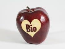 Apple rouge avec un coeur et l'inscription bio photos libres de droits