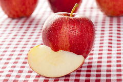 Apple rouge organique frais Images libres de droits