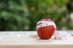 Apple rouge portent des fruits et bande de mesure Image stock