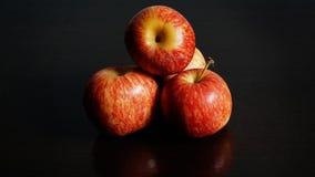 Apple rouge sur le fond noir Photo libre de droits
