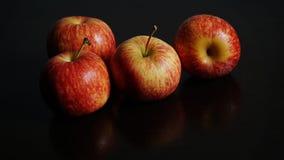 Apple rouge sur le fond noir Photo stock