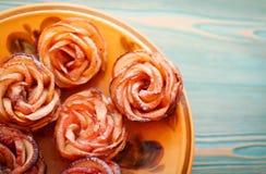 Apple-rozencakes op gele plaat Royalty-vrije Stock Afbeeldingen