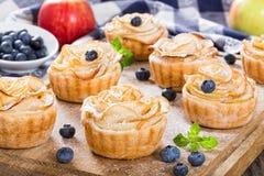 Apple róży tort lub babeczka, odgórny widok, selekcyjna ostrość Zdjęcia Royalty Free