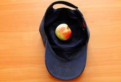 Apple samlade i ett lock royaltyfria bilder