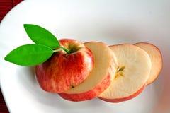 Apple-Scheiben auf weißem Teller Lizenzfreies Stockbild