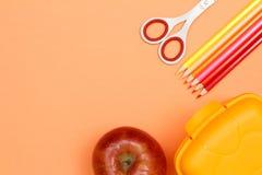 Apple, Scheren, Farbbleistifte und Brotdose Der Kompaß und der Winkelmesser Stockfoto