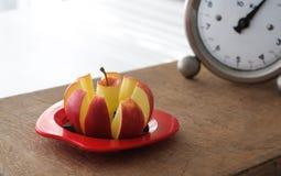 Apple-Schneidmaschine und Weinlese-Küchen-Skala Stockfotografie