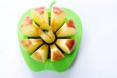 Apple schnitt im Apfelschneider lizenzfreie stockbilder