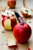 Apple schnitt und Schale lizenzfreie stockbilder
