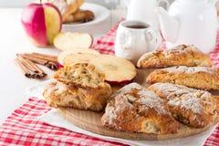 Apple scones για το πρόγευμα με το λούστρο μηλίτη μήλων Στοκ Φωτογραφία