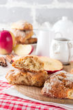 Apple scones για το πρόγευμα με το λούστρο μηλίτη μήλων Στοκ εικόνα με δικαίωμα ελεύθερης χρήσης