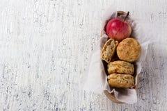 Apple scones σε ένα ξύλινο κύπελλο Στοκ Εικόνα