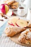 Apple-scones voor ontbijt met de glans van de appelcider Stock Fotografie