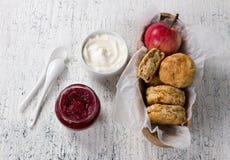 Apple sconeser med gräddost- och tranbärdriftstopp royaltyfri bild