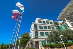 Apple señala Cupertino por medio de una bandera Fotografía de archivo