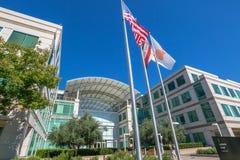 Apple señala Cupertino por medio de una bandera Imagen de archivo