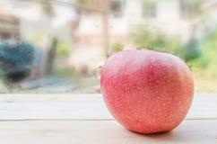 Apple setzte auf einen Holztisch Lizenzfreies Stockfoto