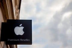 Apple shoppar den högvärdiga resellerlogoen som tas på en Apple, i huvudstaden av slovenskt, Ljubljana, med en molnig himmel i ba Royaltyfria Bilder