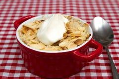 Apple si sbriciola con la mandorla ed il yogurt sfaldati Fotografia Stock