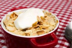 Apple si sbriciola con la mandorla ed il yogurt sfaldati Fotografia Stock Libera da Diritti
