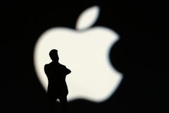 Apple signent avec l'homme photo stock
