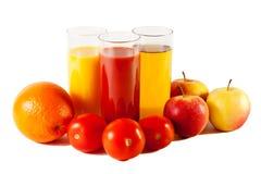 Apple, sinaasappel en tomaat met sappen in de glazen Royalty-vrije Stock Foto