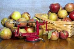 Apple skalare och köksredskap som används till att kärna ur frukt med Royaltyfri Bild