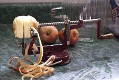 Apple skalare och köksredskap som används till att kärna ur frukt med med äpplet royaltyfria foton