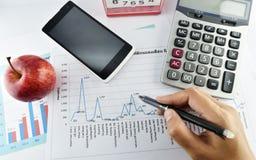 Apple, soldi, orologio, telefono e calcolatore disposti sul documento Fotografie Stock