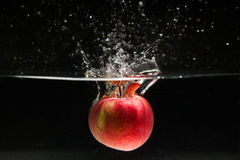 Apple som faller i vatten Royaltyfri Bild