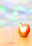 Apple sous forme de coeur sur un fond en bois Photographie stock libre de droits