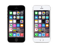 Apple spazia il iPhone grigio e d'argento 5S che visualizza l'IOS 8, progettato Fotografia Stock Libera da Diritti