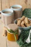 Apple stauen, Kekse und Kaffee mit Milch Lizenzfreies Stockfoto