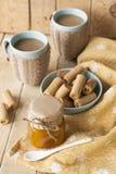 Apple stauen, Kekse und Kaffee mit Milch Lizenzfreies Stockbild