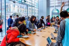 Apple stockent à la route de Nanjing à Changhaï Image stock