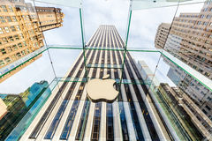 Apple stockent sur la 5ème avenue à Manhattan, New York City Image libre de droits